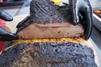 Savustettu brisket - leikkauspinta sekä hyvin onnistunut tumma bark.