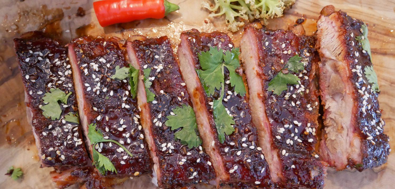 Soija-hunaja ribsit glaseerattuna. Koristeena seesaminsiemeniä, tuoretta korianteria, chiliä ja varsikukkakaalia.