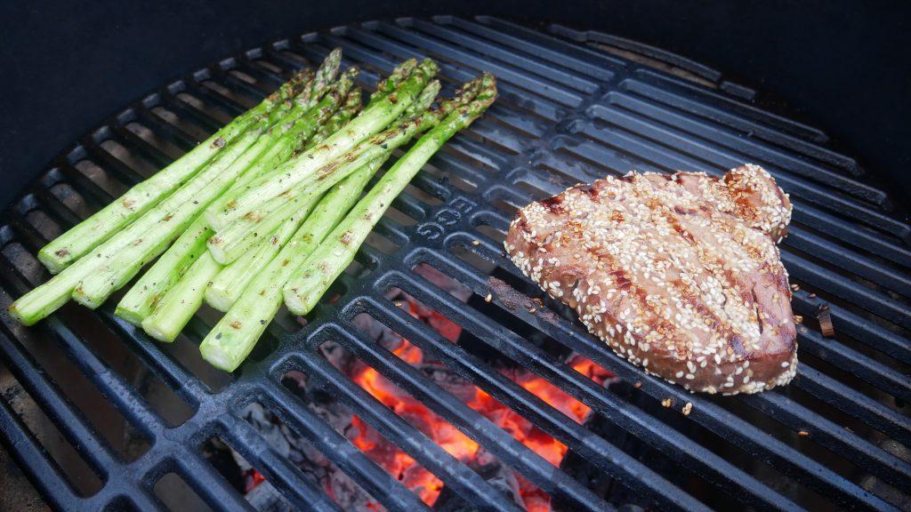 Grilliritilällä kypsenemässä parsaa ja tonnikalafile.