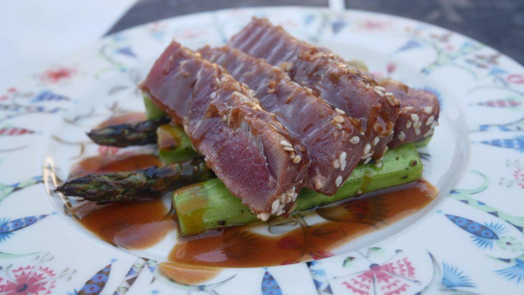 Ruoka-annos, jossa parsapedillä grillattua tonnikalafilettä sekä päällä soija-dressingiä.