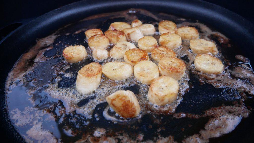 Banaaneja karamellisoitumassa valurautapannulla voissa.